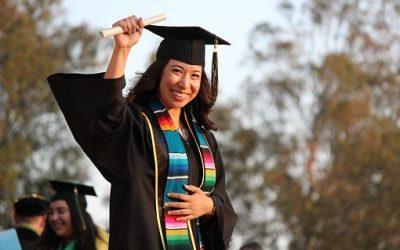 Poursuivre des études universitaires a bel et bien des avantages!
